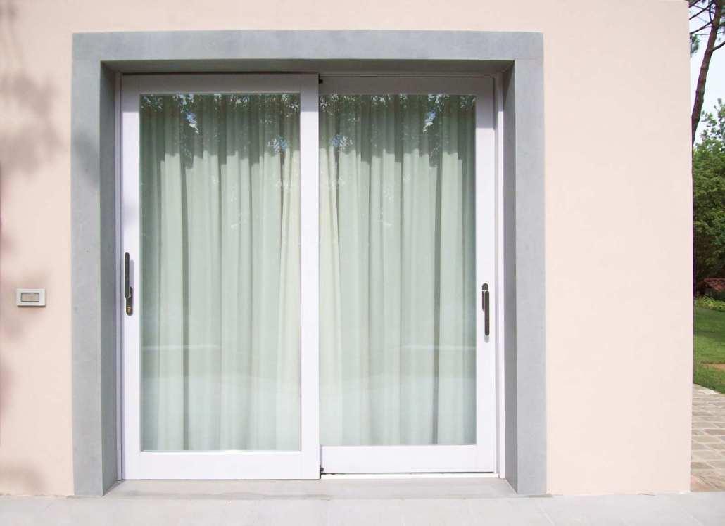 Porte finestre scorrevoli in legno bianco falegnameria for Finestre e porte moderne