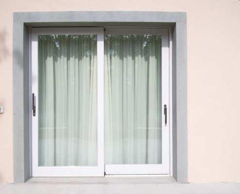Porte-finestre scorrevoli in legno bianco - Falegnameria Ratoci
